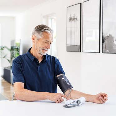 BM96Cardio— прибор фирмы Beurer для измерения кровяного давления вплечевой артерии сфункцией электрокардиографа Фото изделия
